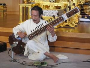 シタールを演奏する伊藤公朗さん