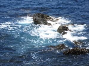 澄んだ海に立つ白い水しぶき