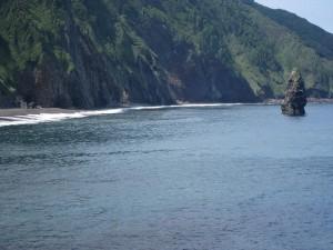 筆島(岩)を臨む海水浴場