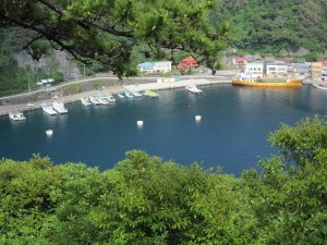 噴火口が海とつながってできた波浮港
