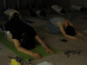寺yogaを体験する『オレンジページ』編集部員とイラストレータ